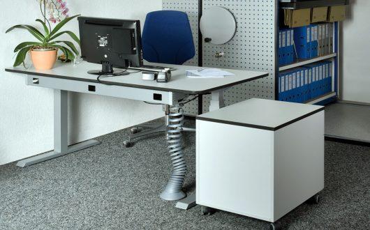 Höhenverstellbare-Schreibtische-m.-Kabelschlauch