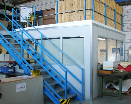 Lagerbühne mit Bürokabine